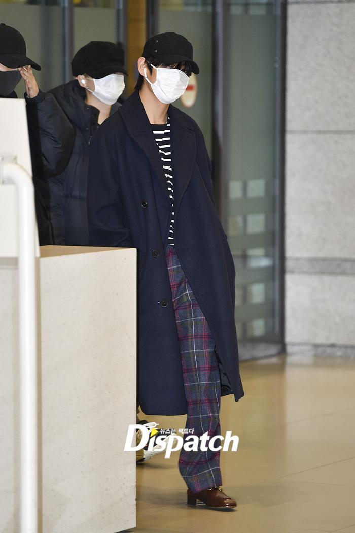 Jin khoe mặt mộc tựa mỹ nam, áp đảo toàn bộ thành viên còn lại của BTS tại sân bay ảnh 1