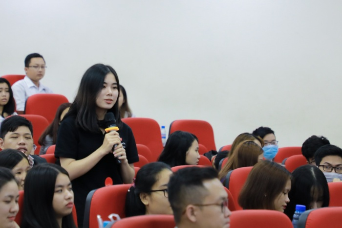 Từ kinh nghiệm, nàng Á hậu đã giúp sinh viên UEF tự tin hơn khi nói tiếng Anh
