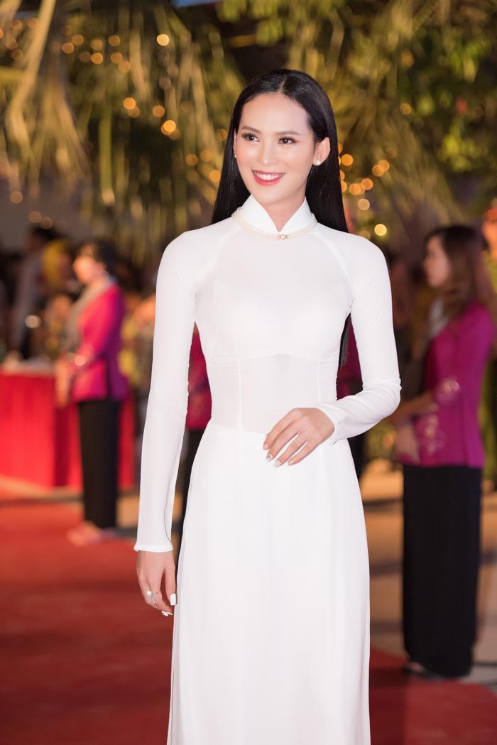 Hoa hậu được yêu thích tại MU 2015 Sang Lê ngọt ngào với tà áo dài