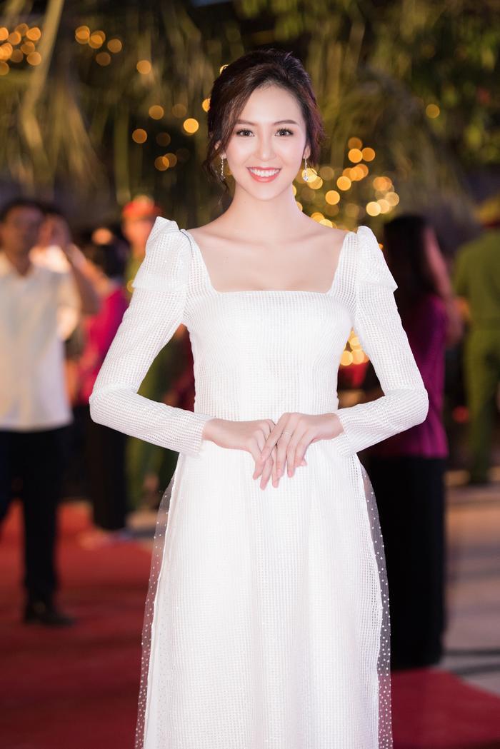 Hoa khôi Nam Bộ Hải Yến mặc áo dài cách tân ngọt ngào