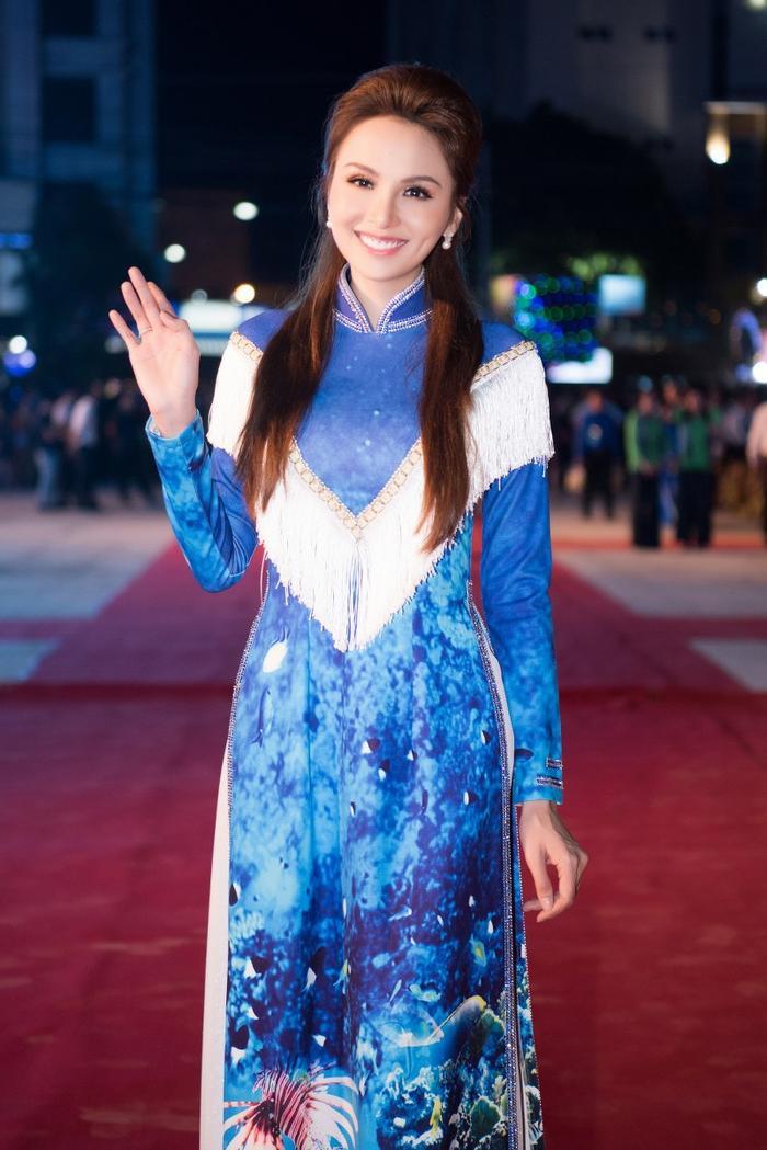 Diễm Hương xinh đẹp trên thảm đỏ.