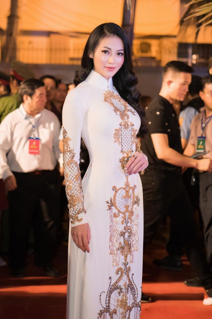 Phương Khánh đẹp xuất sắc trong bộ áo dài trắng thêu chỉ vàng