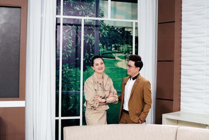 Hoa hậu Ngọc Hân và MC Huyền Châu mặc áo dài trắng nền nã về thăm trường cũ nhân ngày 20/11 ảnh 10