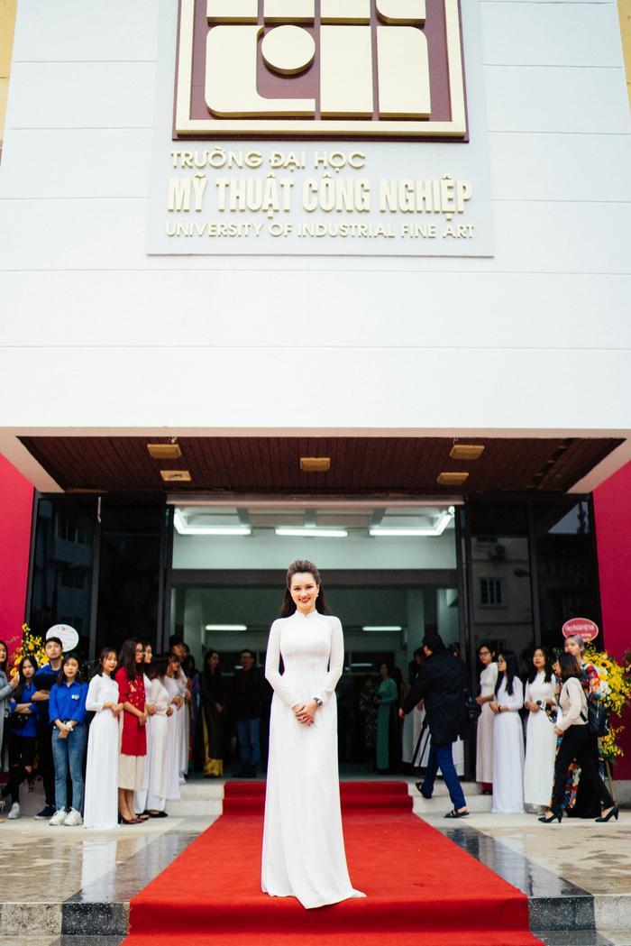 Người đẹp chọn áo dài trắng về tri ân thầy cô