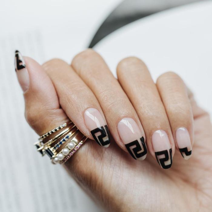 Chất phát ngất trend vẽ nail lấy cảm hứng từ logo các nhà mốt xa xỉ Gucci, Chanel, LV ảnh 2