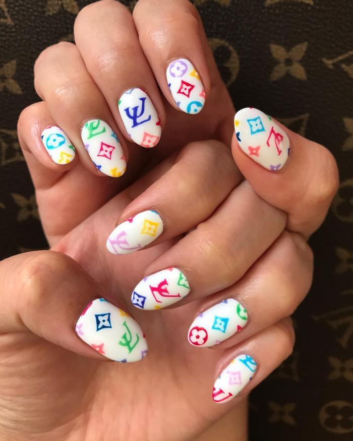 Chất phát ngất trend vẽ nail lấy cảm hứng từ logo các nhà mốt xa xỉ Gucci, Chanel, LV ảnh 4