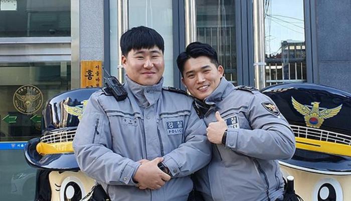 2 cảnh sát Hàn Quốc Park Woo Seok (phải) và Jang Jin Myeong.