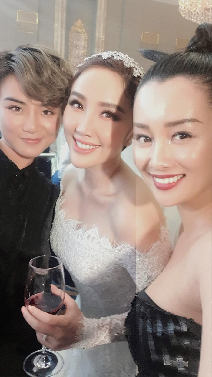 Trong đám cưới Bảo Thy, Thùy Dung cũng là người may mắn chụp được hoa cưới. Dân mạng ra sức đẩy thuyền và mong ngóng tin vui của cả hai.