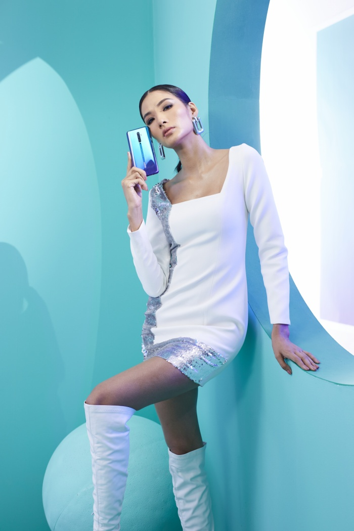 Săm soi chiếc điện thoại song hành cùng Hương Giang và Hoàng Thuỳ trong video mới nhất ảnh 1