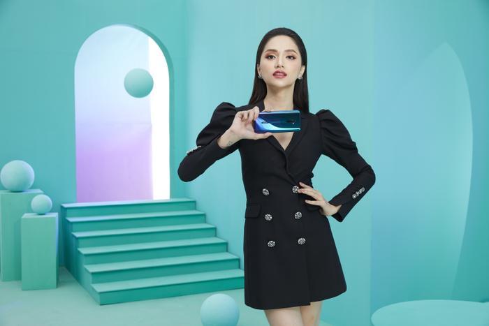 Săm soi chiếc điện thoại song hành cùng Hương Giang và Hoàng Thuỳ trong video mới nhất ảnh 3
