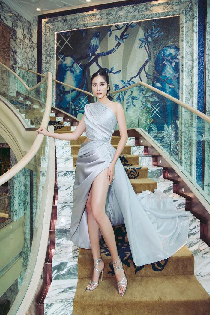 Á hậu Hoàng Hạnh nhận được rất nhiều lời khen khi khoe đôi chân dài nuột nà trong chiếc váy xẻ cao hút mắt.