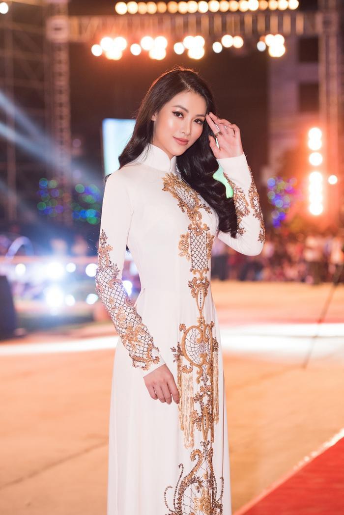 Giữa dàn mỹ nhân chưng diện váy áo tha thướt, Phương Khánh lại mang đến nét kiêu sa pha chút mềm mại với áo dài.