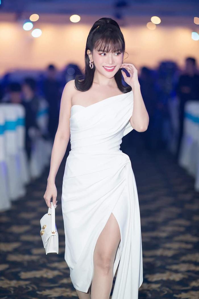 Sĩ Thanh cũng nằm trong top sao đẹp tuần khi thả dáng với bộ váy trắng bất đối xứng.
