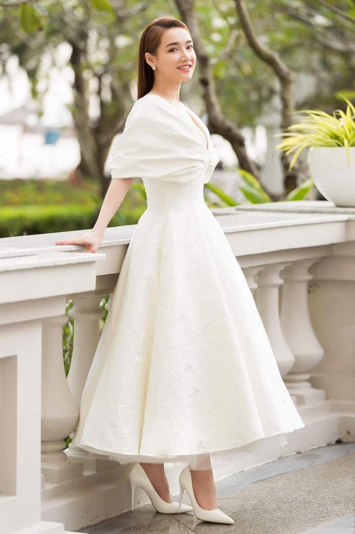 Sang trọng, lộng lẫy là những tính từ được dùng để miêu tả Nhã Phương trong chiếc váy này. Thiết kế bồng bềnh, có phần tay xếp tạo khối tạo nét mềm mại, thanh nhã cho người đẹp.