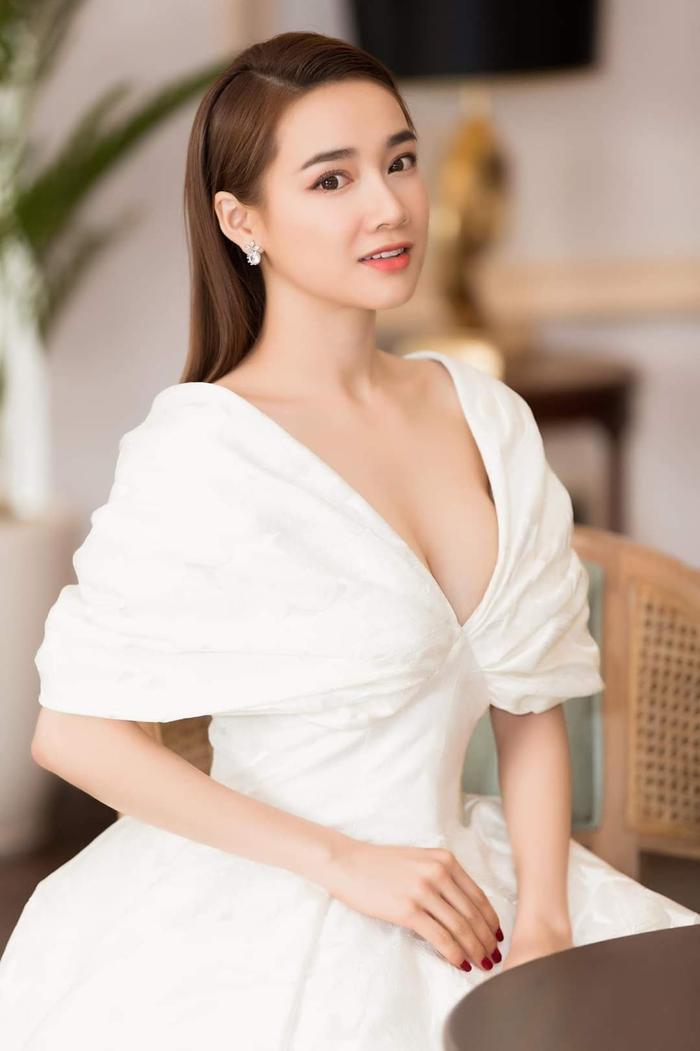 Thềm ngực quyến rũ được khoe một cách tinh tế trong chiếc váy có cổ xẻ sâu. Cô nàng còn chọn mix cùng hoa tai nhấn nhá, làm gương mặt thêm phần rực sáng.