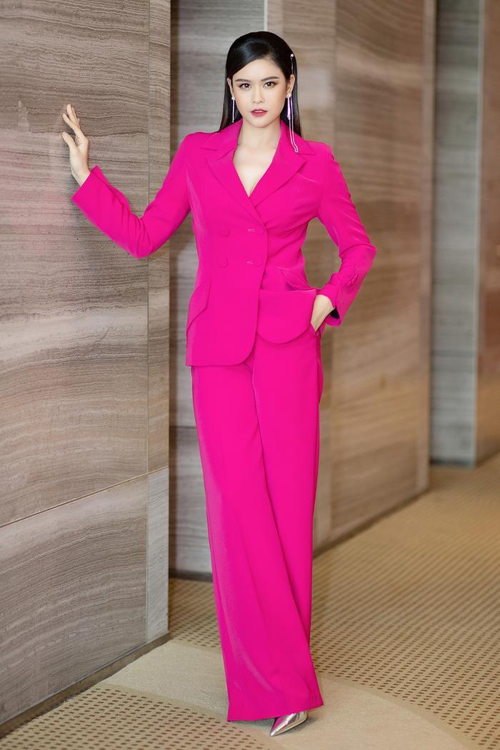 Trương Quỳnh Anh mang đến cái nhìn mạnh mẽ cùng cây suit hồng, ống suông nổi bật.
