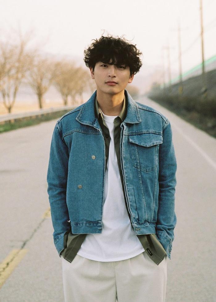 Hậu công khai hẹn hò, Jeong Jinwoon (2AM) dùng hành động pháp lý chống lại bình luận ác ý liên quan đến nhóm chat của Jung Joon Young
