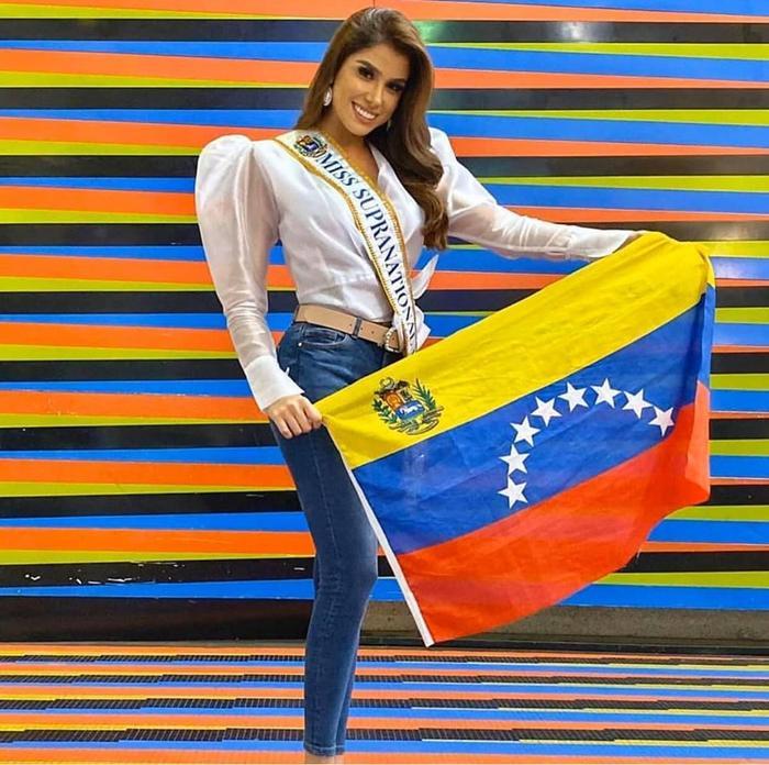 Hoa hậu Venezuela hiện áo kiểu tay chân cừu với quần jeans.