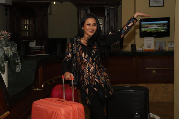 Hoa hậu Indonesia là một trong những thí sinh có mặt từ khá sớm. Trong khi các đối thủ còn phải trải qua chuyến bay dài thì cô đã có mặt check in tại khách sạn. Indonesia đang đặt ra tham vọng giành vương miện Miss Supranational 2019.