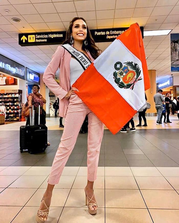 Hoa hậu Peru diện vest họa tiết ca-rô màu hồng pastel.