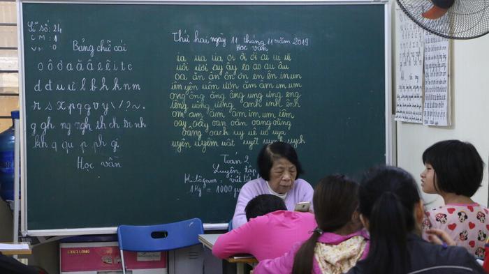 Suốt 25 năm qua bà Côi miệt mài đứng lớp dạy những đứa trẻ bị khuyết tật, thiểu năng trí tuệ.