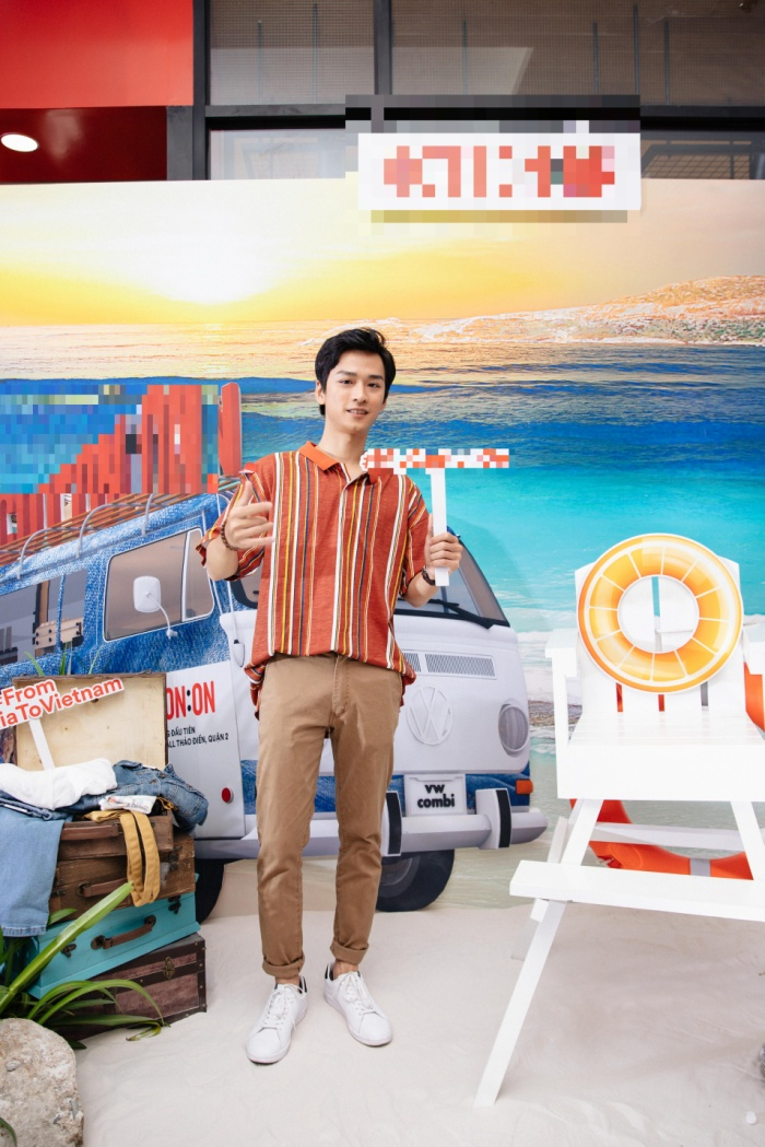 Với áo sơ mi cộc tay màu cam bắt mắt phối cùng quần nâu dài, anh chàng diễn viên Trần Nghĩa (Mắt Biếc) cũng gây ấn tượng không ít tại sự kiện