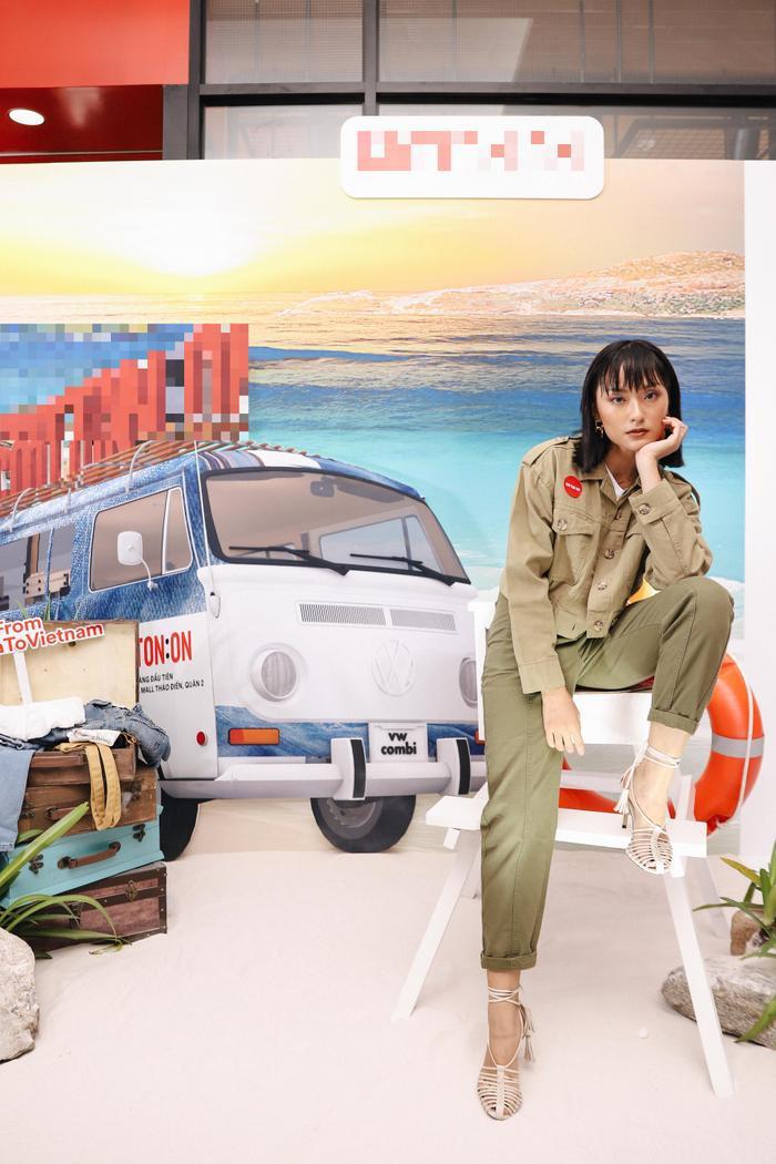 Bên cạnh Bảo Anh và Hoàng Yến Chibi thì người mẫu Hồ Thu Anh lại hút mắt người nhìn khi xuất hiện với phong cách giản dị nhưng không kém phần đặc biệt