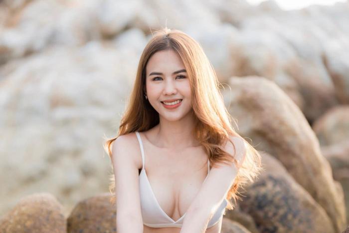 Cũng rất giống Ngọc Trinh, bạn gái Supachai được đánh giá như một trong số những nàng WAGs hot nhất tuyển Thái Lan.