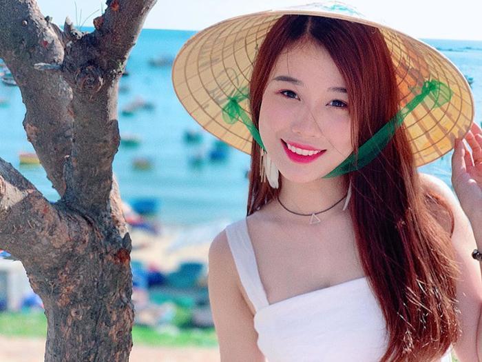 Trang Nhung, bạn gái Văn Toàn thu hút sự chú ý nhờ vẻ trong sáng.