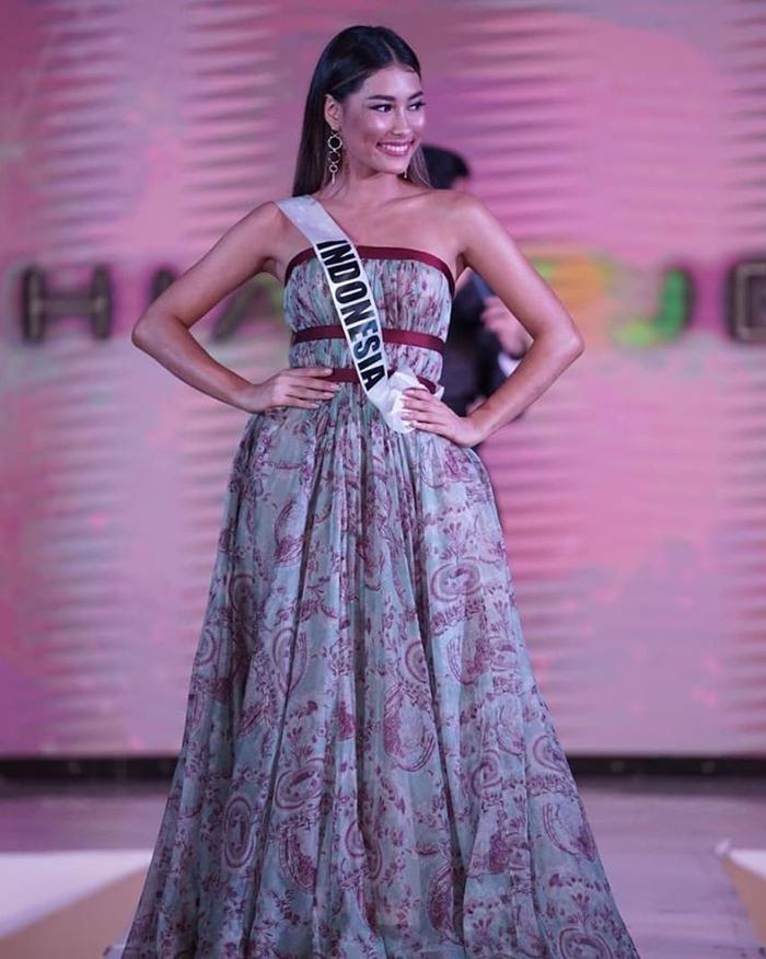 Bộ trang phục dạ hội thứ hai có kiểu dáng váy bồng xòe, mang họa tiết đặc trưng của văn hóa Indonesia.
