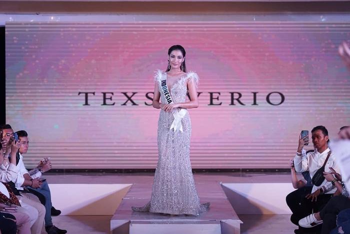 Hoa hậu Hoàn vũ Indoneisa không có lợi thế về chiều cao, song cô được đánh giá có vóc dáng cân đối cùng gương mặt sắc nét.