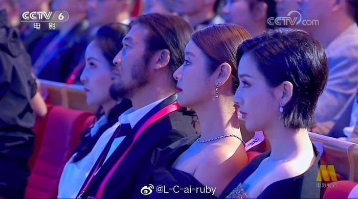 Tâm Lâm Như và Đồng Lệ Á ngồi cạnh nhau.