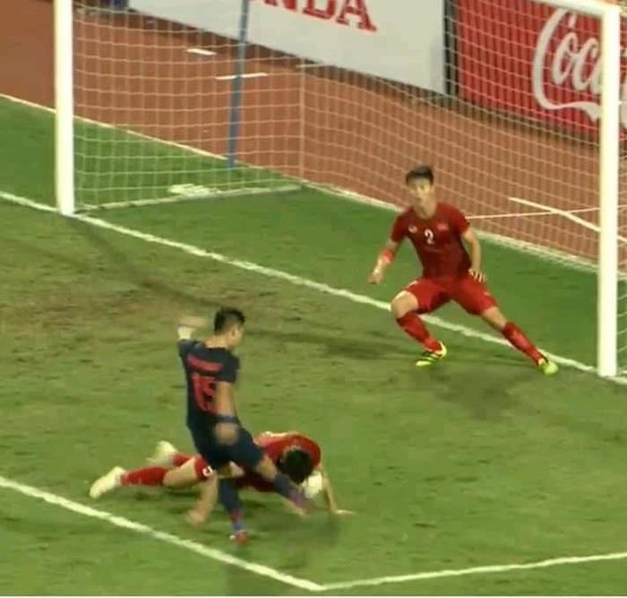 Văn Hậu lấy thân mình đỡ cú sút mạnh của cầu thủ ĐT Thái Lan.