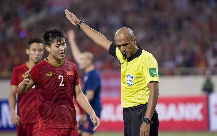 Trọng tài Ahmed Al-Kaf từ thần tượng đã biến thành kẻ phản diện trong mắt CĐV quá khích Việt Nam vì được cho là đưa ra những quyết định gây bất lợi cho đội chủ nhà. (Ảnh: Fox Sports)
