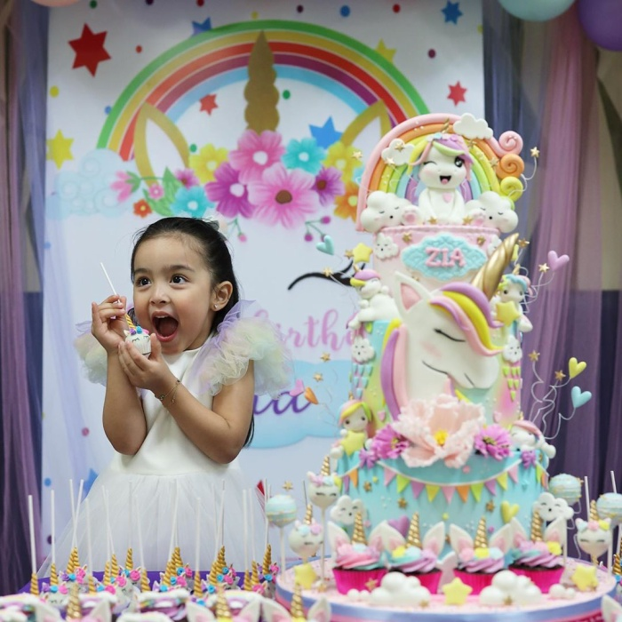 Có thể thấy Zia vô cùng hạnh phúc khi có được một ngày sinh nhật vui vẻ bên bạn bè