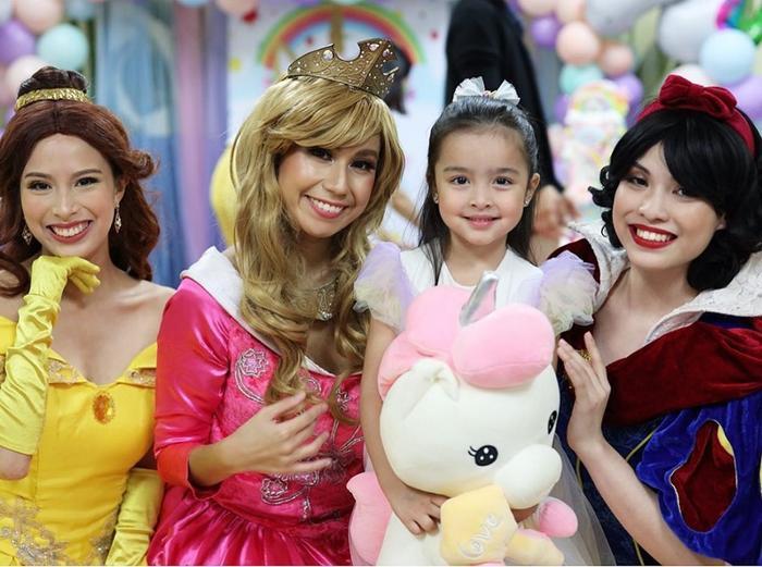 Zia bên cạnh các nàng công chúa hóa trang trong tiệc sinh nhật của mình