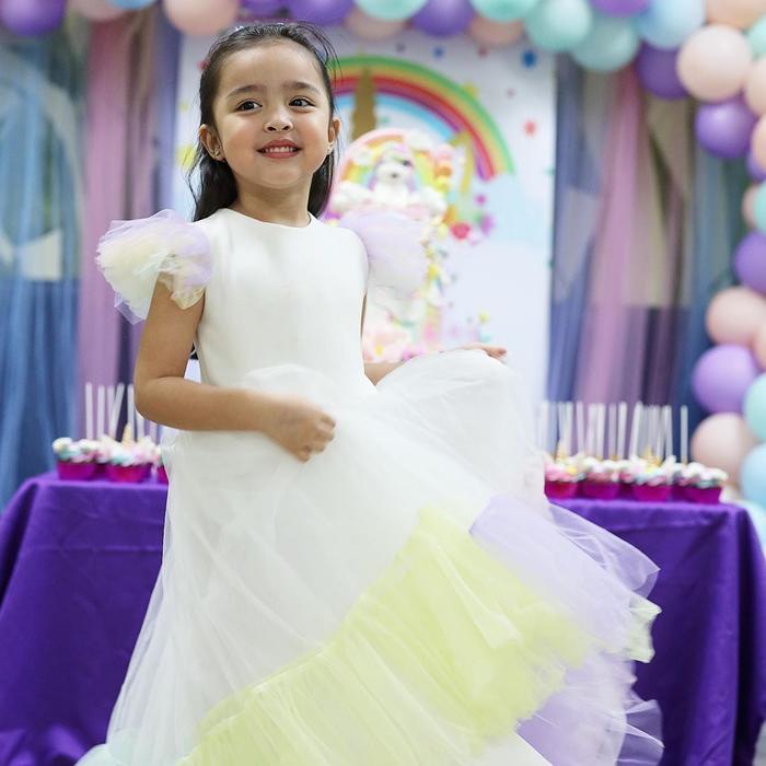Zia như một nàng công chúa khi diện chiếc đầm trắng trong tiệc sinh nhật của mình