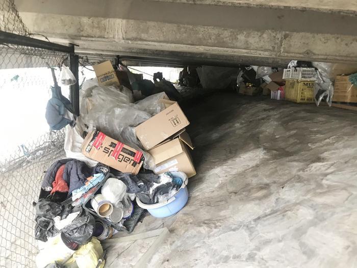 Dưới chân cầu chứa đầy rác thải được bà thu lượm.