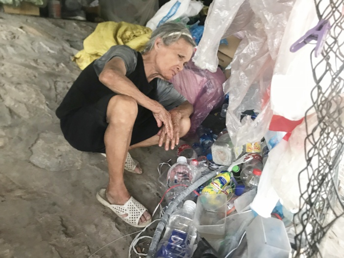 Bà lão cho biết đã quen với cuộc sống tại đây và không muốn về nhà để tránh ồn ào.
