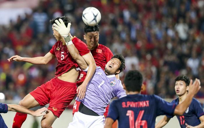 Trọng tài Al-Kaf không công nhận bàn thắng của trung vệ Bùi Tiến Dũng khiđưa bóng vào lưới đội Thái Lan. (Ảnh:Đức Đồng)