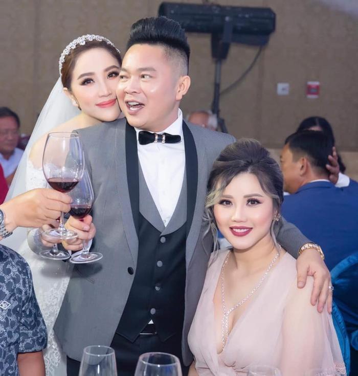 Vợ chồng Bảo Thy chụp hình cùng với chị gái Zenie trong lễ cưới