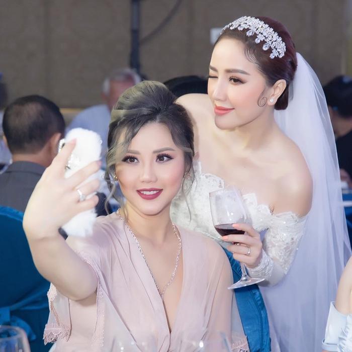 Bảo Thy khoe ảnh chụp với chị gái trong đám cưới