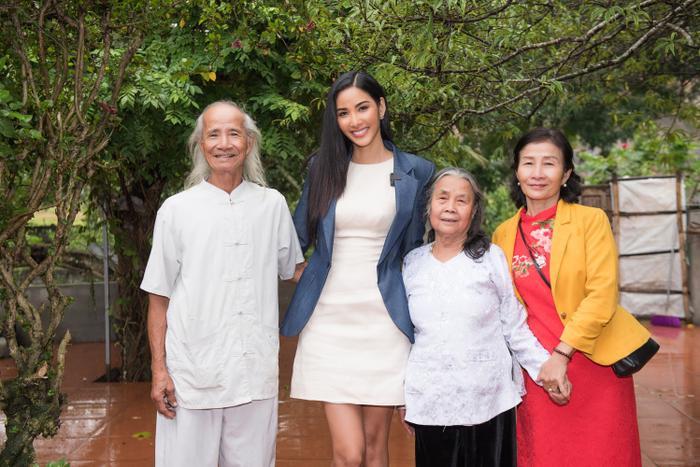 Có một Hoàng Thùy chân phương, từ làng quê Thanh Hóa đến Mỹ chinh phục Miss Universe 2019 ảnh 0