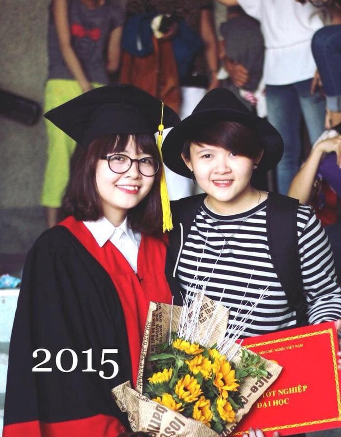 Đến lượt em tốt nghiệp, cầm bó hoa hướng dương trên tay. Tụi mình cũng đã dự lễ tốt nghiệp của nhau.