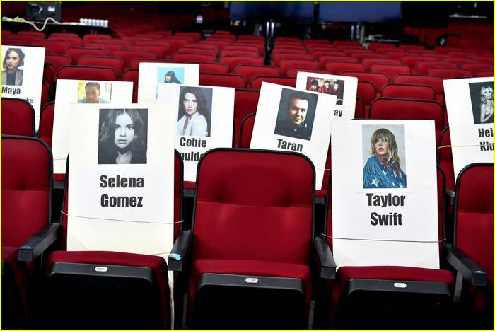 Không thể khác hơn, cả hai người bạn thân sẽ cùng nhau chia sẻ một hàng ghế khi lễ trao giải diễn ra.
