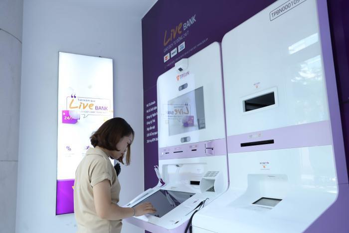 'Chạm' từ điện thoại đến điểm giao dịch: Dịch vụ ngân hàng bây giờ 'đỉnh' thế nào? ảnh 0