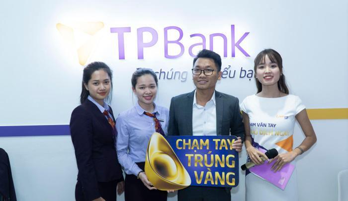 'Chạm' từ điện thoại đến điểm giao dịch: Dịch vụ ngân hàng bây giờ 'đỉnh' thế nào? ảnh 1