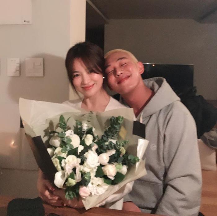 Song Hye Kyo ăn sinh nhật bên Yoo Ah In: Ngọt ngào tựa đầu vào nhau! ảnh 1