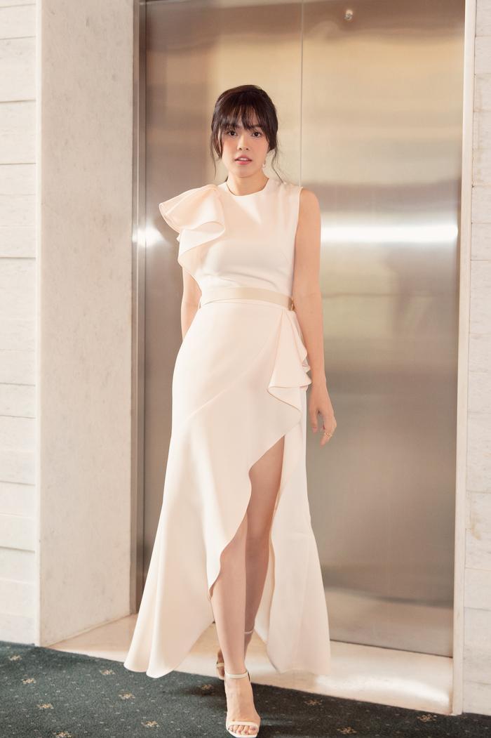 Dương Cẩm Lynh diện váy đơn sắc, xuất hiện trẻ trung ở lứa tuổi 38 ảnh 0