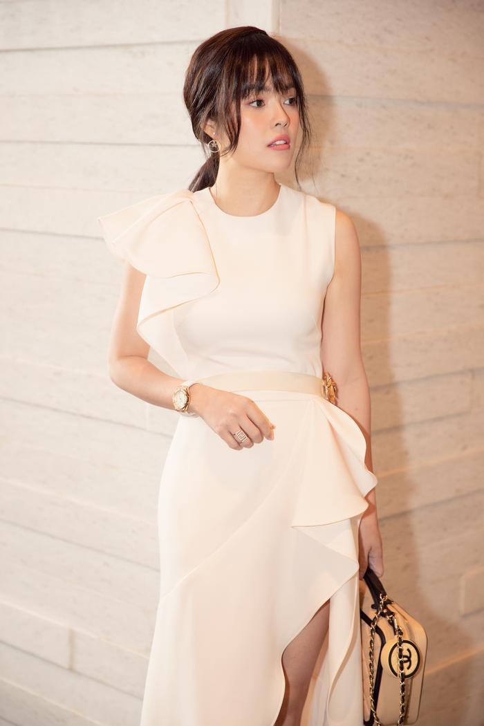 Dương Cẩm Lynh diện váy đơn sắc, xuất hiện trẻ trung ở lứa tuổi 38 ảnh 1